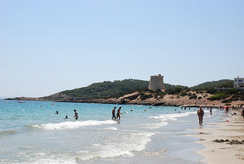 Resultado de imagen de playa de bossa torre ibiza fotos