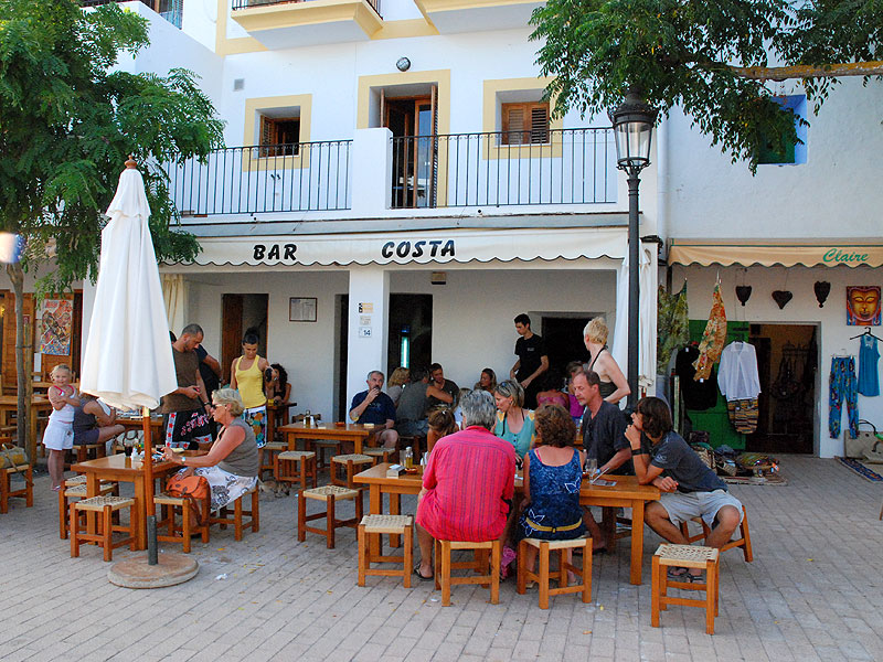 la agradable terraza del bar costa frente a la iglesia de santa gertrudis