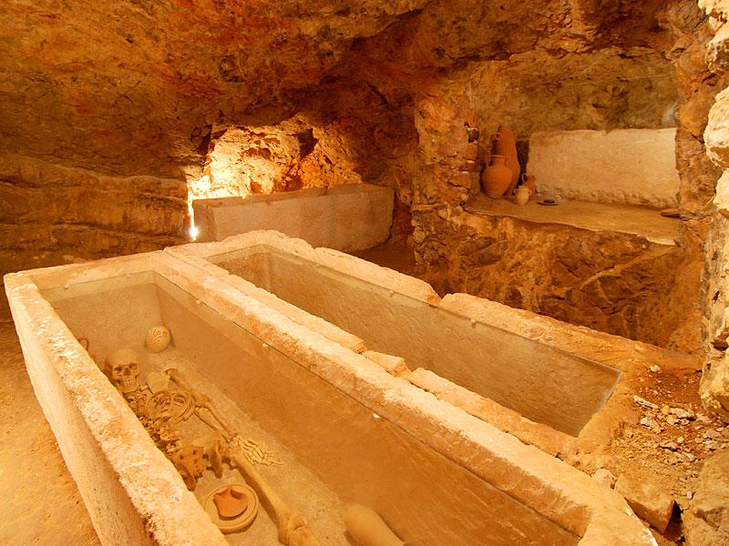 ibiza eivissa patrimonio de la humanidad necropolis puig des molins hipogeos
