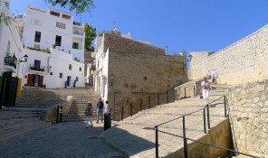 calles plazas dalt vila ibiza eivissa patrimonio de la humanidad murallas carrer portal nou