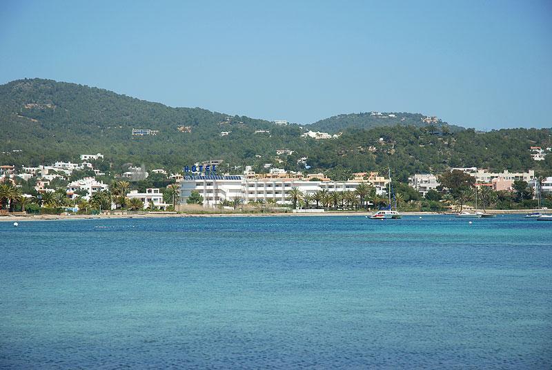 hoteles en un extremo de la playa de talamanca ibiza